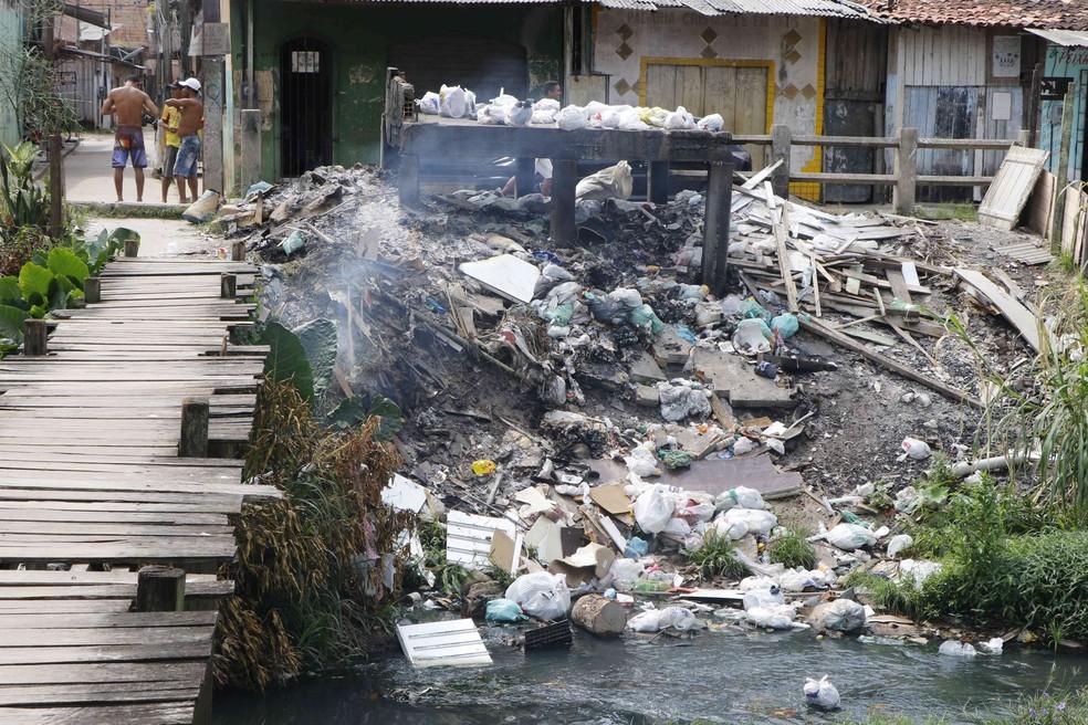Urbanização caótica: lixo e entulho despejados no canal Água Cristal, no bairro da Marambaia — Foto: Tarso Sarraf/O Liberal