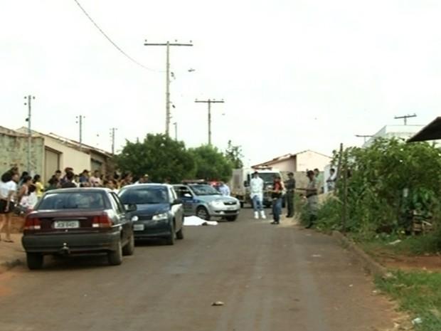 Adolescente de 13 anos é suspeito de matar homem por dívida de R$ 10 em Goiás (Foto: Reprodução/TV Anhanguera)
