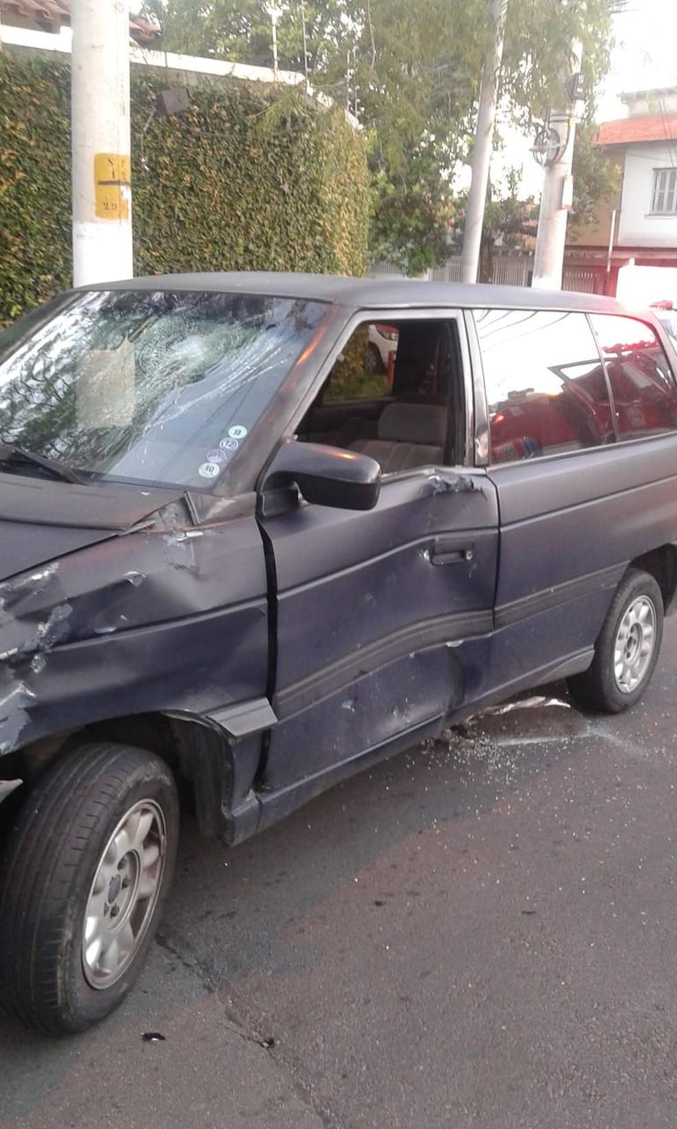 Corpo bateu no parabrisas e ficou preso embaixo do veículo — Foto: Divulgação