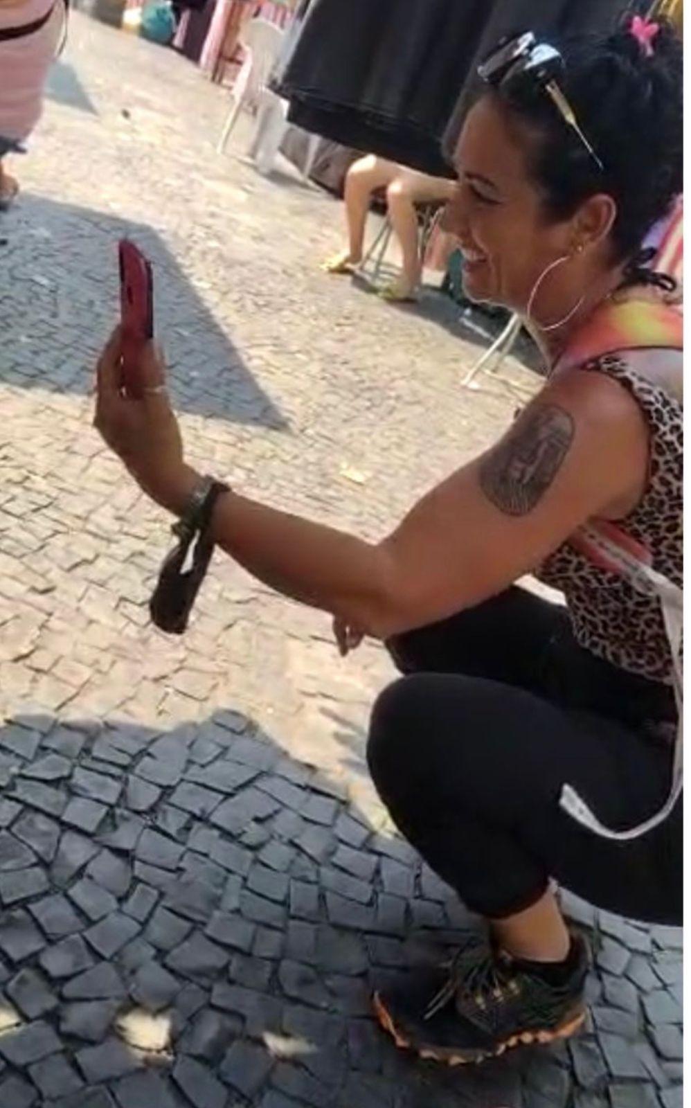 Bolsonarista (reprodução) grava agressão que faz contra  vendedoras de camisetas a favor de Marielle e Lula
