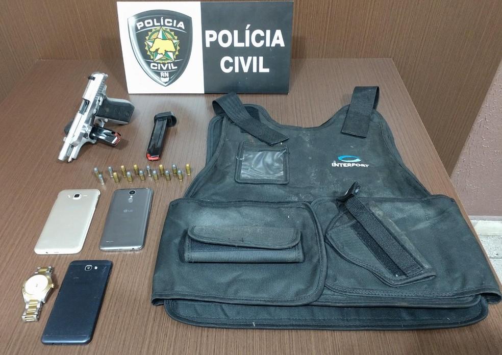 Arma, carregadores e até colete balístico foram apreendidos com suspeitos em Macaíba.  — Foto: Polícia Civil/Divulgação