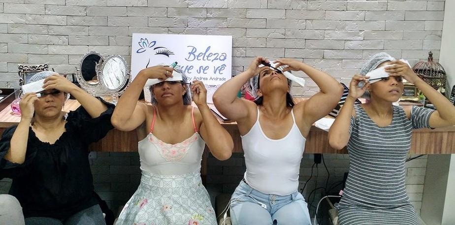 Projeto oferece curso gratuito de automaquiagem para deficientes visuais no DF