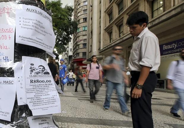 Homem olha para anúncios de vagas de emprego em um poste no centro de São Paulo (Foto: Paulo Whitaker/Reuters)