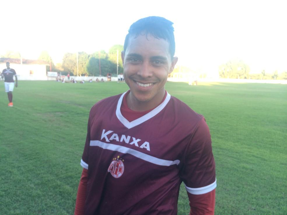 Após retornar de empréstimo, volante Jonathas se reapresentou ao América-RN nesta segunda-feira (Foto: Hugo Monte/GloboEsporte.com)
