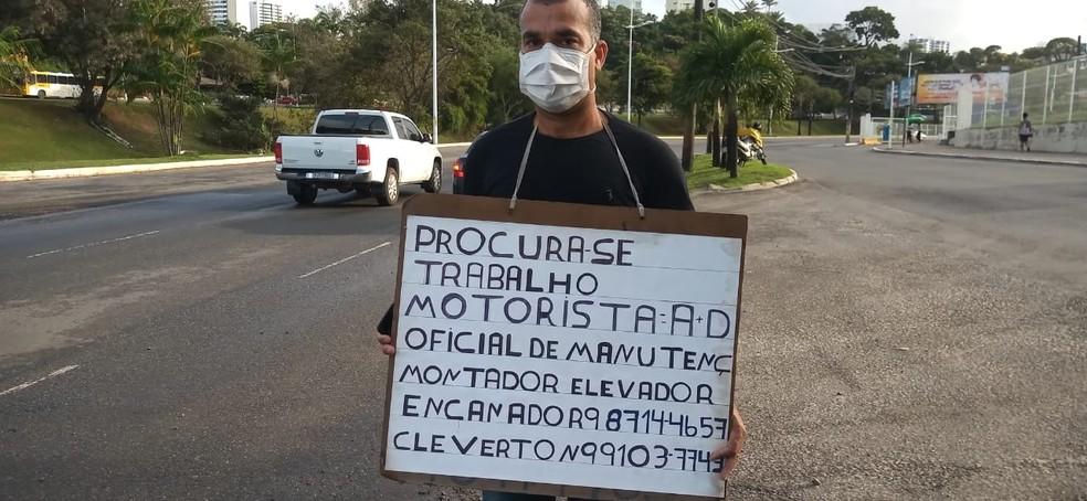 Homem fez placa e pede emprego em sinaleira de Salvador, na Bahia — Foto: Cid Vaz/TV Bahia