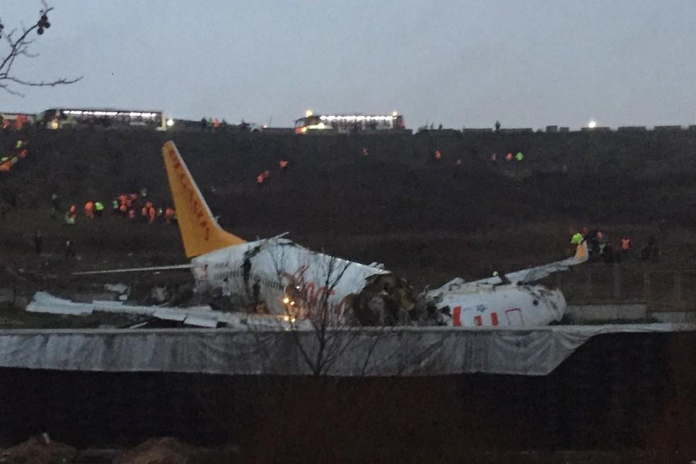 Avião da Pegasus se acidentou em Istambul — Foto: AFP/Demir