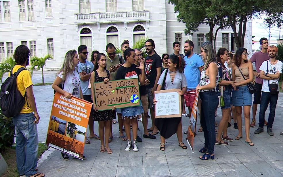 Manifestantes protestam em Aracaju em defesa da Amazônia — Foto: Reprodução/TV Sergipe