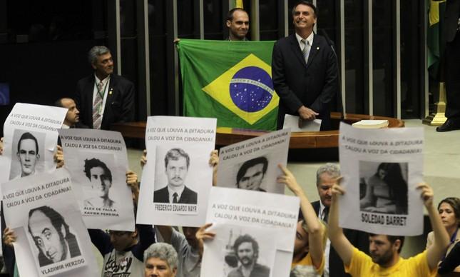 Em 2014, Jair e Eduardo Bolsonaro defenderam ditadura de 1964 durante sessão em memória aos 50 anos do golpe