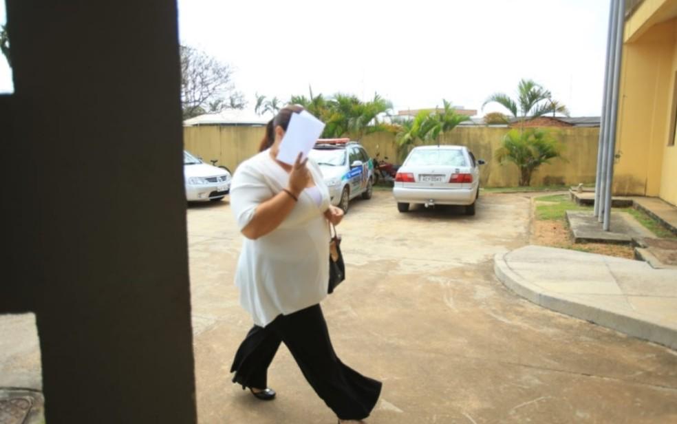 Ana Keyla Teixeira, mulher de João de Deus, em audiência sobre acusação de posse ilegal de armas de fogo, em Anápolis — Foto: Fábio Lima/O Popular