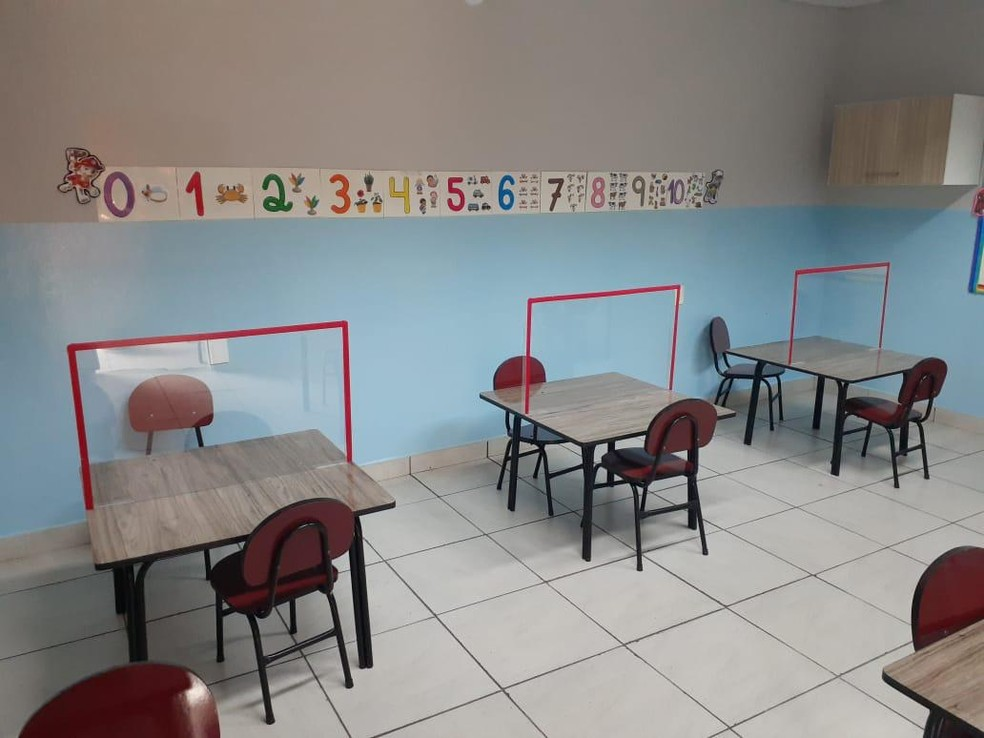 Volta às aulas presenciais em Manaus: escolas adaptaram as salas de aula, com distanciamento entre as mesas, e divisórias de acrílico para evitar contato entre as crianças. — Foto: Arquivo Pessoal