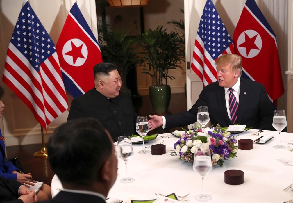 Kim Jong-un e Donald Trump participam de jantar em hotel em Hanói, no Vietnã — Foto: Leah Millis/Reuters