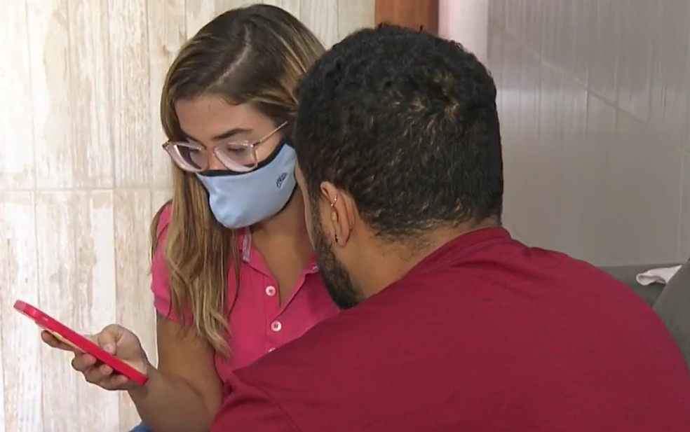 Mulher denuncia a criação de perfis falsos na internet com fotos e dados pessoais — Foto: Reprodução / TV Bahia