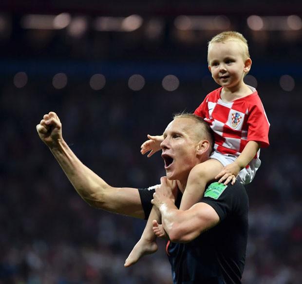 De cavalinho, David Vida comemora com o pai, jogador da Croácia. Time venceu e vai para a final da Copa do Mundo 2018 (Foto: Getty Images)