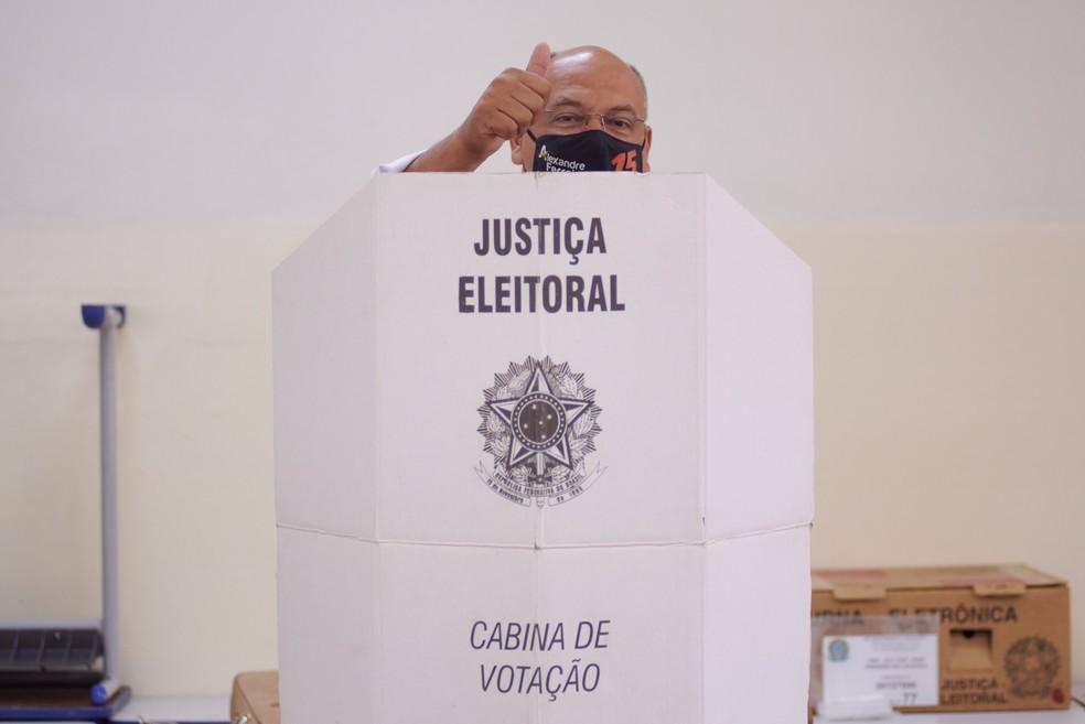 Alexandre Ferreira (MDB) vota na Escola Capitão Estadual Capitão José Pinheiro de Lacerda — Foto: Igor do Vale/G1