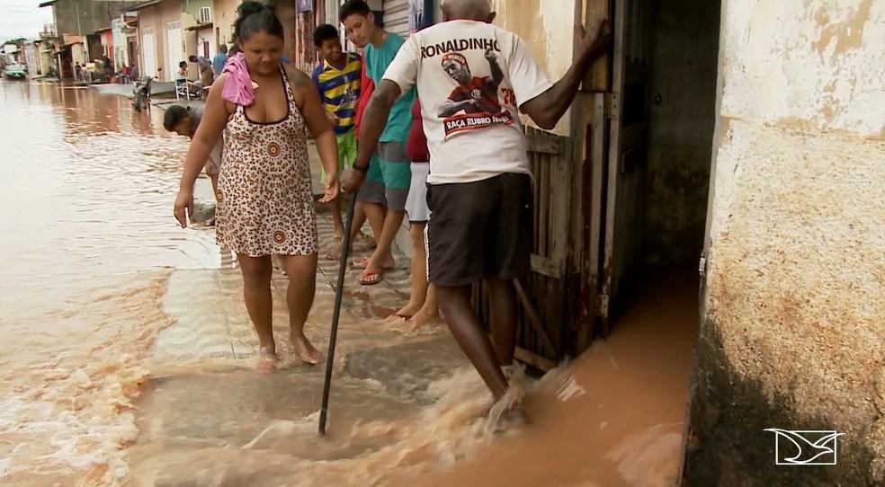 Várias residências foram invadidas pela água da chuva em Imperatriz — Foto: Reprodução/ TV Mirante