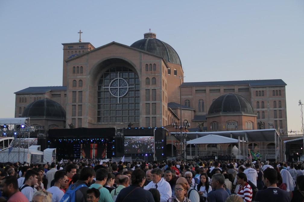 Devotos aguardam início da missa das 9h30 em homenagem aos 300 anos da Santa (Foto: Carlos Santos/G1)