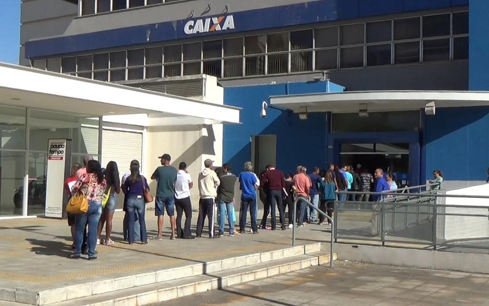 Último dia para saques do FGTS inativo tem fila em agência do Centro de Piracicaba (Foto: Aline Olaya/ EPTV)