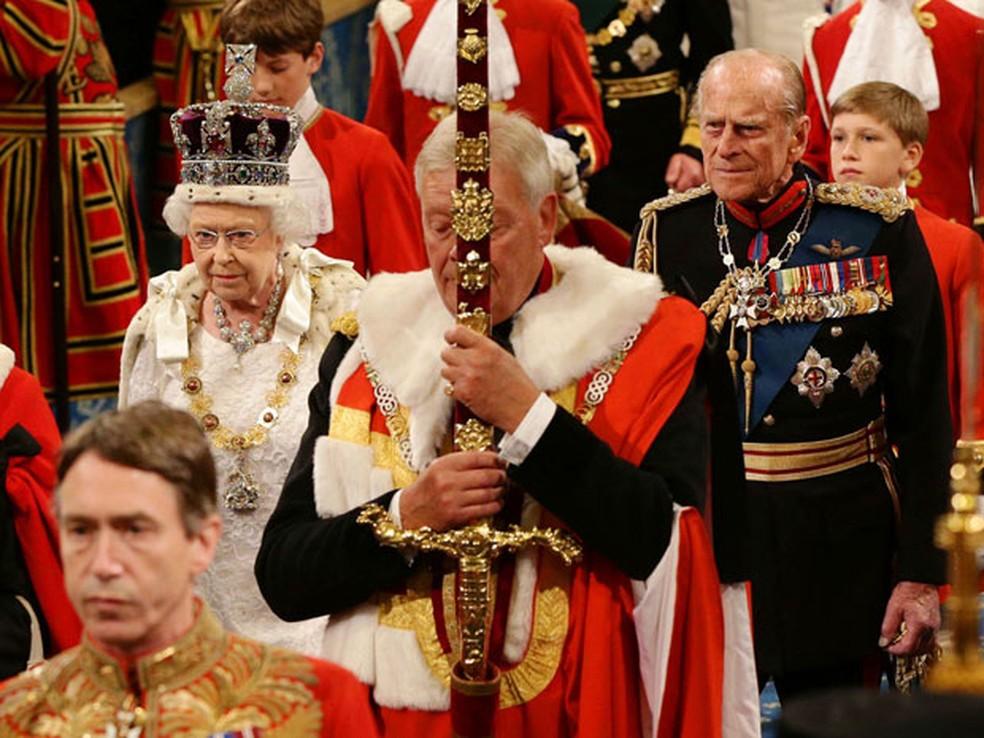 A Rainha Elizabeth e o Príncipe Philip, acompanhado pelos meninos pajem, em 2014 — Foto: Yui Mok/Reuters