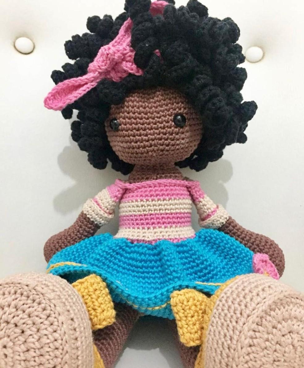 Tutorial de cabelo cacheado para boneca de crochê | Amigurumi ... | 1192x984