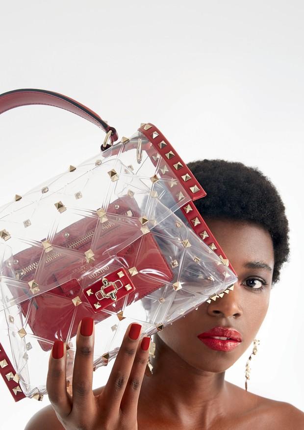 Bolsa Candystud de plástico (R$ 10.450) da Valentino (modelo exclusivo para o Brasil) e brinco da marca (R$ 1.960) (Foto: Mariana Marão e Divulgação)
