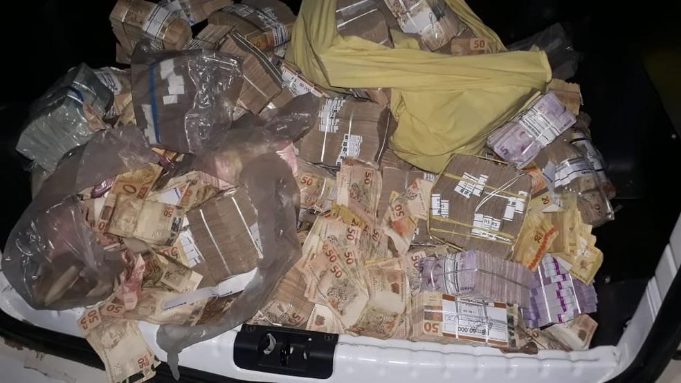 Parte do dinheiro recuperado pela Polícia e que estava nas mãos da população após assalto a banco em Bacabal — Foto: Divulgação/Polícia Civil