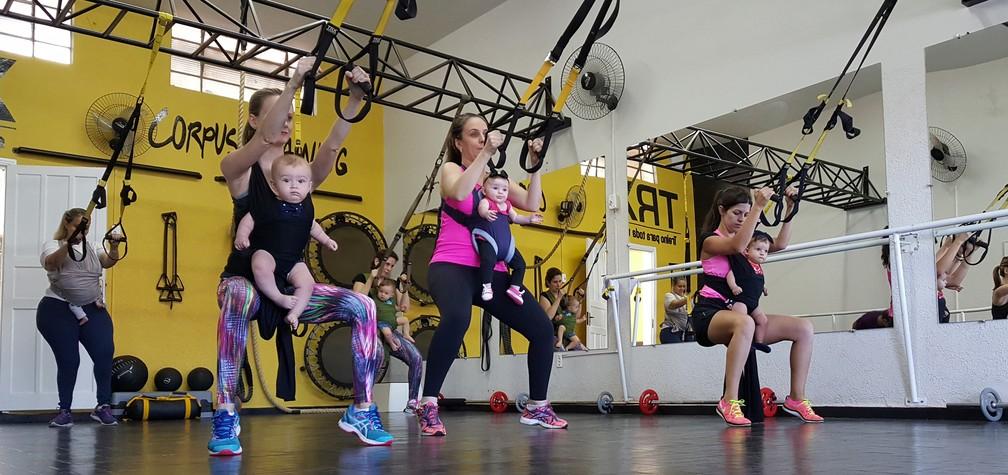 Mães usam os filhos para fazer exercícios em academia em São Carlos (Foto: Ana Marin/EPTV)