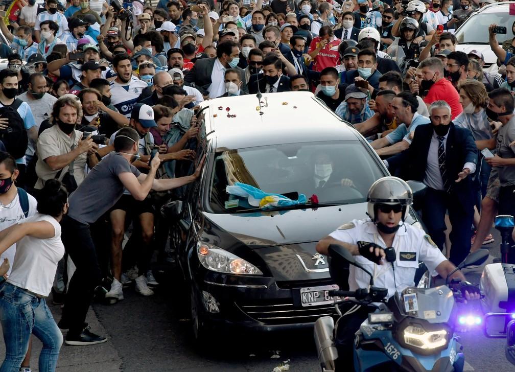 Fãs de Maradona se despedem do ídolo em Buenos Aires — Foto: Raul FERRARI / TELAM / AFP