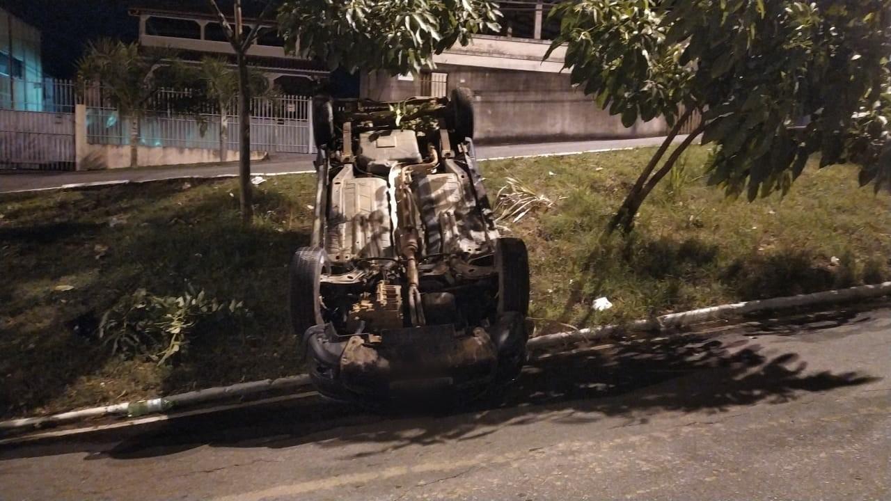 Motorista perde controle, capota carro e sai sem ferimentos, em Governador Valadares