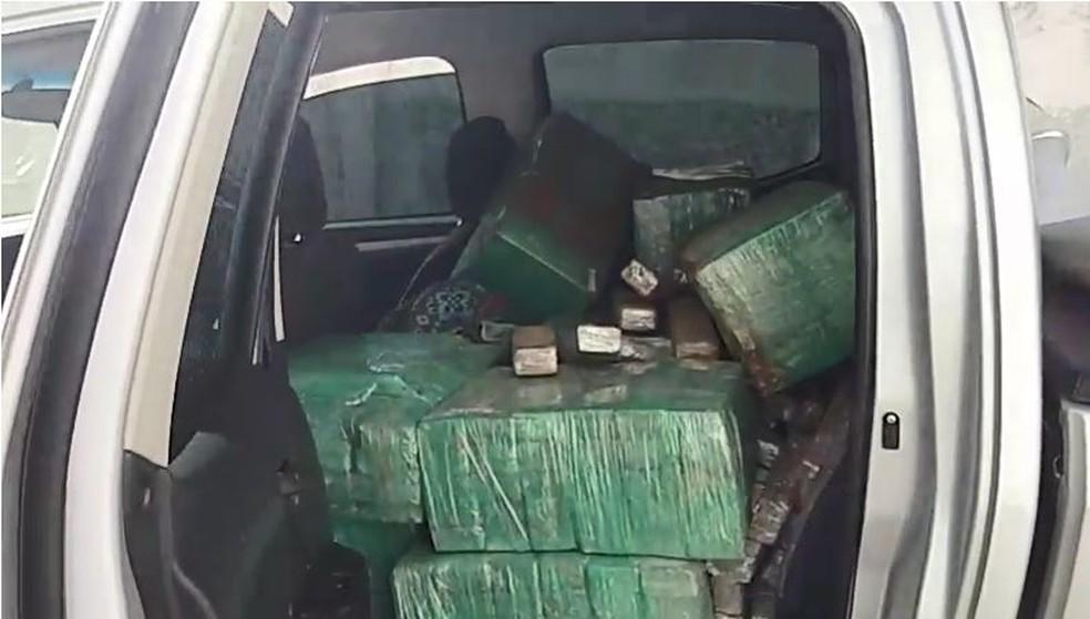 Caminhonete estava recheada com tijolos de maconha; motorista fugiu pelo canavial mas foi detido — Foto: Polícia Rodoviária Bauru/Divulgação