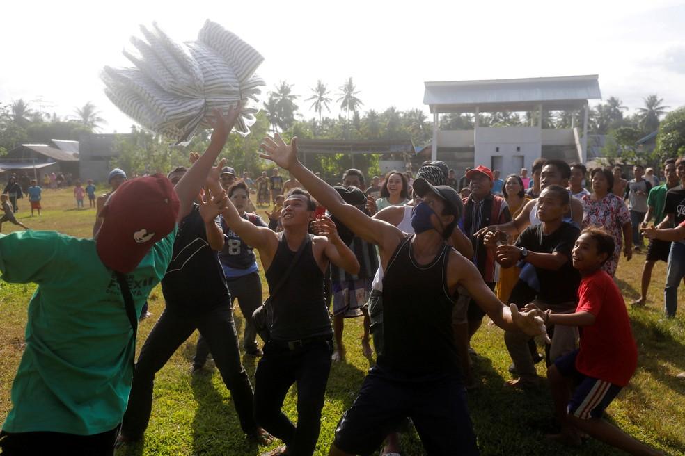 Afetados por terremoto e tsunami na ilha indonésia de Sulawesi recebem ajuda nesta sexta-feira (5) — Foto: Darren Whiteside/ Reuters