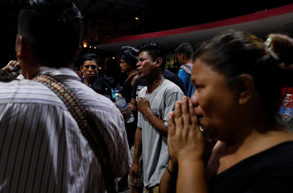 Migrantes que fazem parte de uma caravana que viaja aos EUA cantam e rezam em parque de Miguel Hidalgo em Tapachula, México, nesta terça-feira (30) — Foto: Reuters/Leah Millis