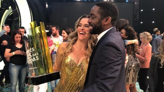 Ingrid Guimarães recebe troféu nos bastidores do 'Melhores Anos' e relembra: 'Me joguei, rasguei vestido'