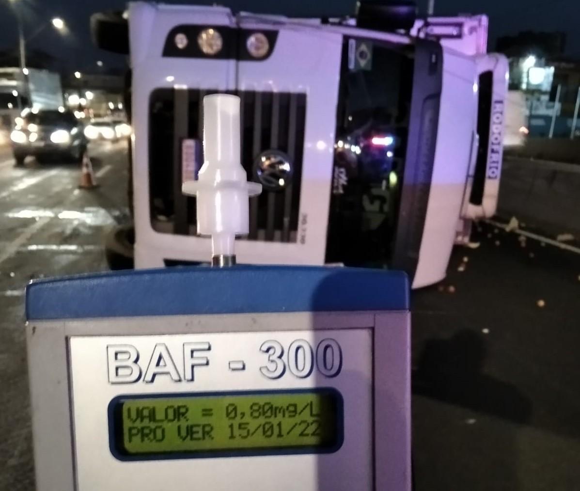 Motorista bêbado tomba caminhão na BR-373 em Ponta Grossa, diz polícia
