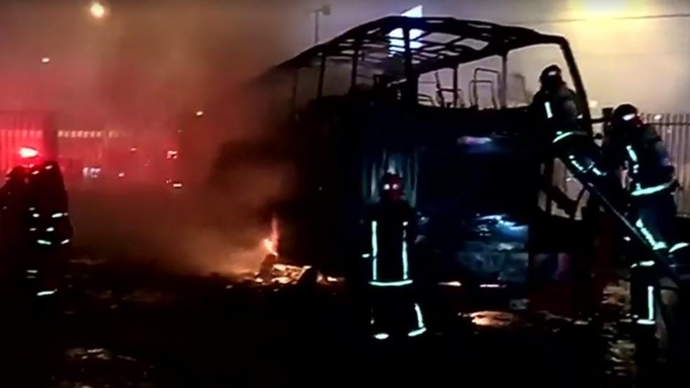 Ônibus pega fogo e deixa pelo menos 16 mortos em Lima, no Peru — Foto: Reprodução/Reuter