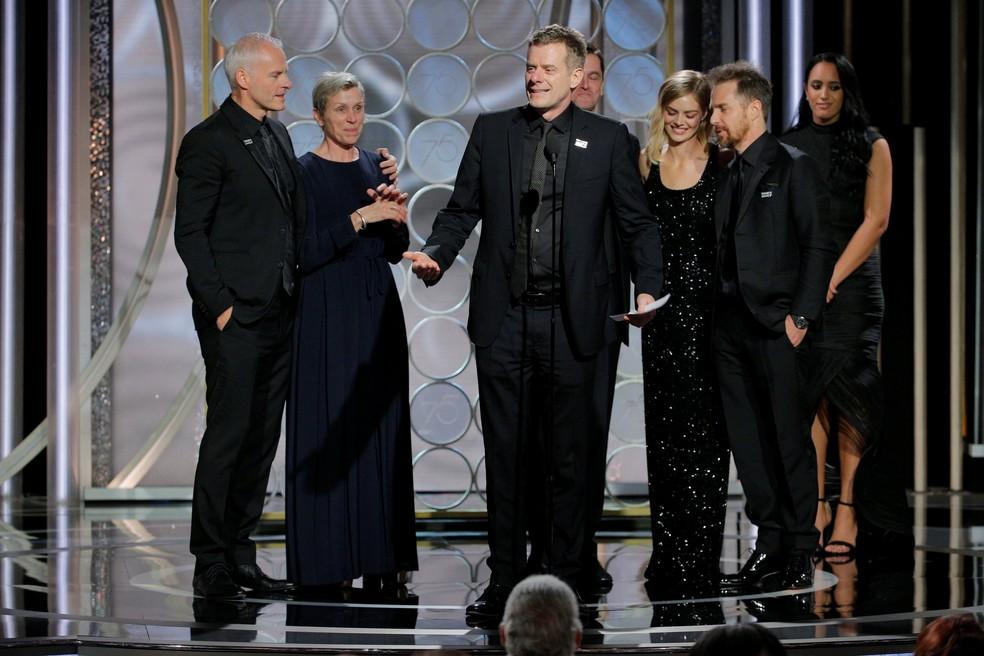 Elenco e equipe de 'Três anúncios para um crime' recebe prêmio de melhor filme de drama no Globo de Ouro 2018 (Foto: Paul Drinkwater/Courtesy of NBC/Handout via REUTERS)