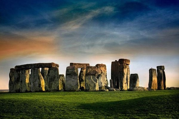 Erguido em alguma época da Idade de Bronze, época que começou no ano 3000 a.C., o Stonehenge é um alinhamento megalítico localizado no sul da Inglaterra; o uso do círculo de pedras ainda é um mistério para os historiadores (Foto: Reprodução)