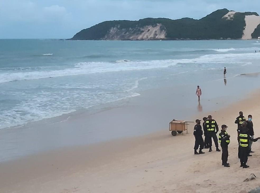 Caso aconteceu na praia de Ponta Negra e Polícia Militar isolou a área — Foto: Sérgio Henrique Santos/Inter TV Cabugi