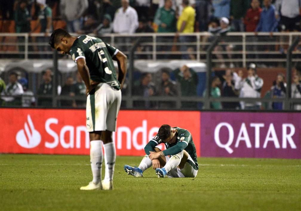 Jogadores do Palmeiras cabisbaixos após fim do jogo contra o Grêmio — Foto: Marcos Ribolli