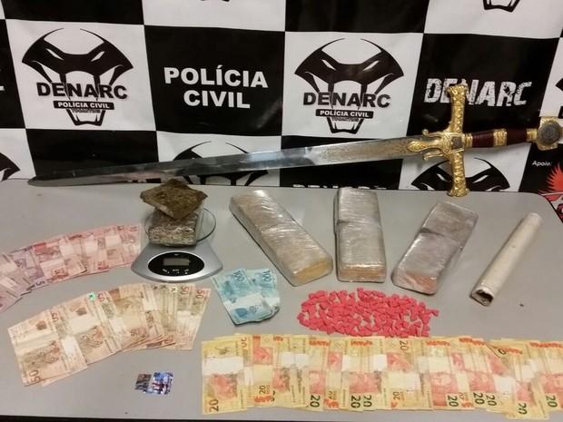 Espada foi apreendida pela polícia durante a operação (Foto: SSP/Divulgação)