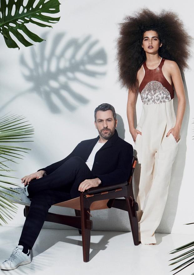 Ao lado de Paul Surridge, Chiara veste macacão (R$ 9.525) sob colete de couro bordado (R$ 8.750) (Foto: Laura Sciacovelli)