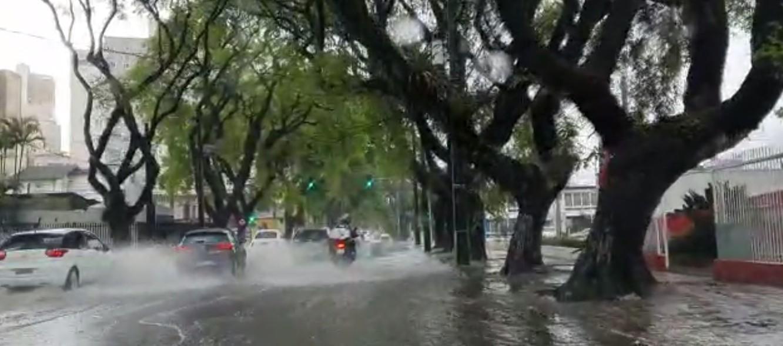 Chuva alaga várias regiões de Curitiba