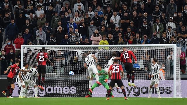 Rebic cabeceia no gol de empate do Milan com a Juventus