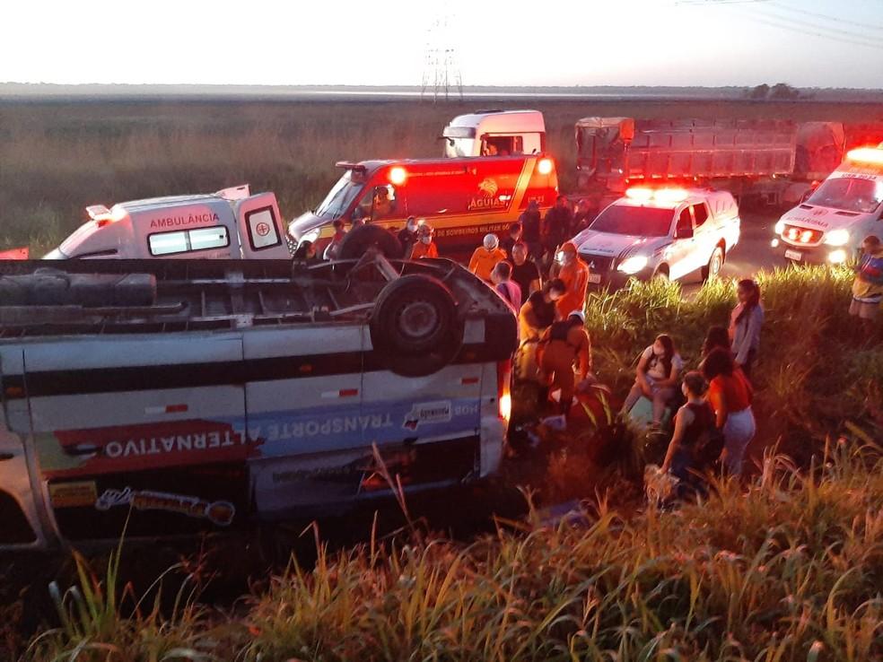 Van capota e deixa 16 profissionais da saúde feridos no Campo de Peris — Foto: Divulgação