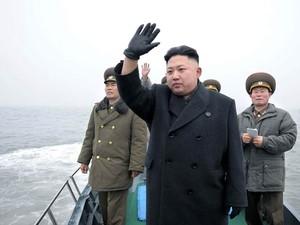 O ditador da coreia do Norte, Kim Jong-un, acena para soldados em um barco durante inspeção de instalações militares próximo à ilha de Taeyonphyong, em foto divulgada nesta quinta-feira (7) (Foto: AFP)