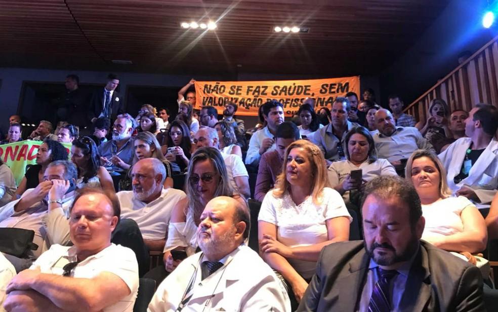 Público e sindicalistas assistem a sessão extraordinária no auditório da CLDF — Foto: Letícia Carvalho/G1