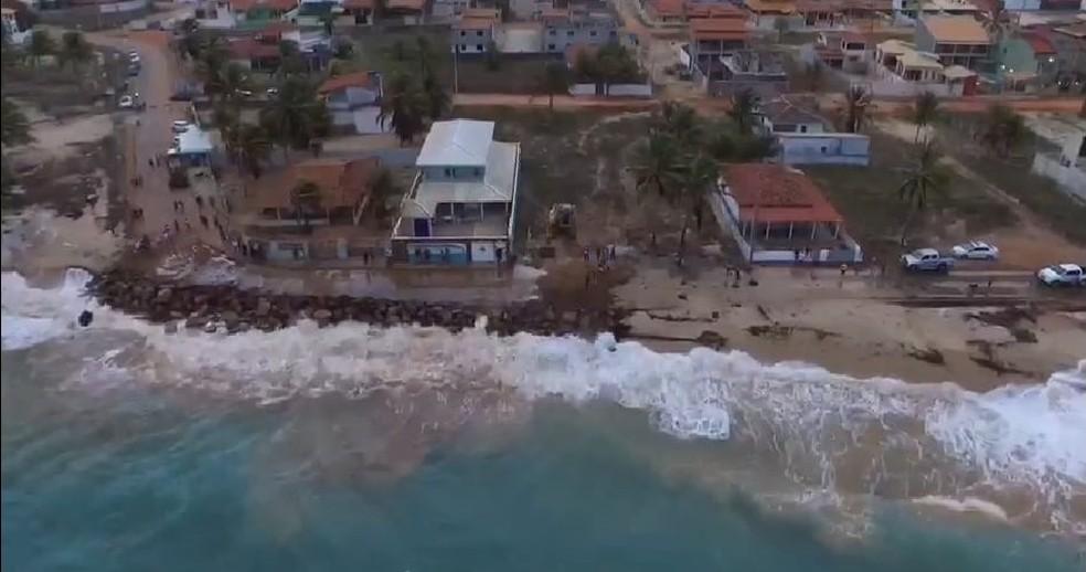 Mar avança sobre rodovia em Barra de Cunhaú no RN — Foto: Alexandre Gomes/Reprodução/Vídeo