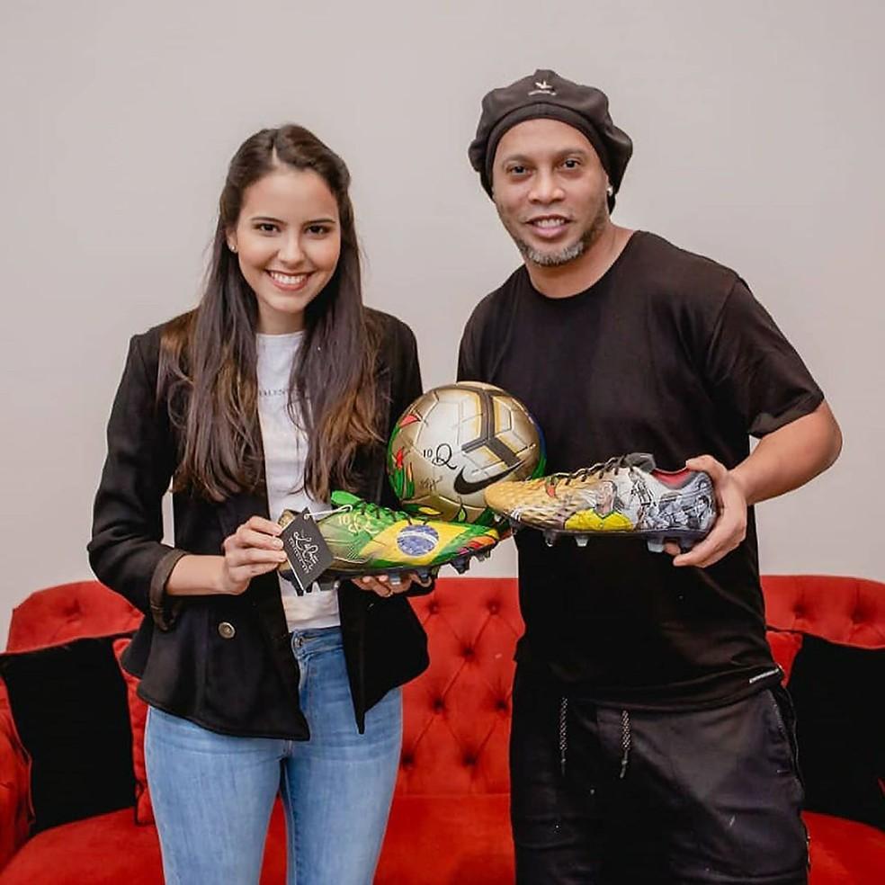 Ronaldinho tem recebido visitas e presentes durante período no Paraguai — Foto: Divulgação