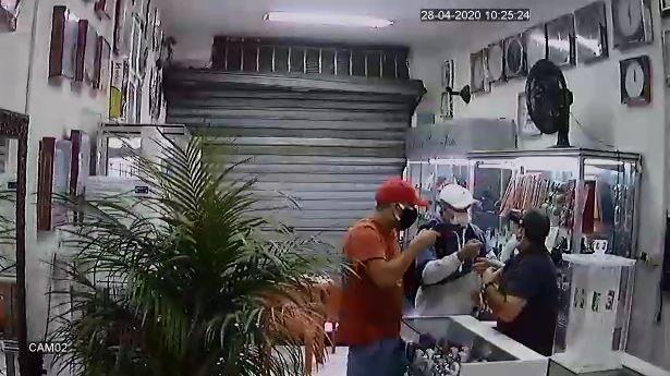 Bandidos usam máscara contra coronavírus para cometer assaltos em Votorantim; vídeo