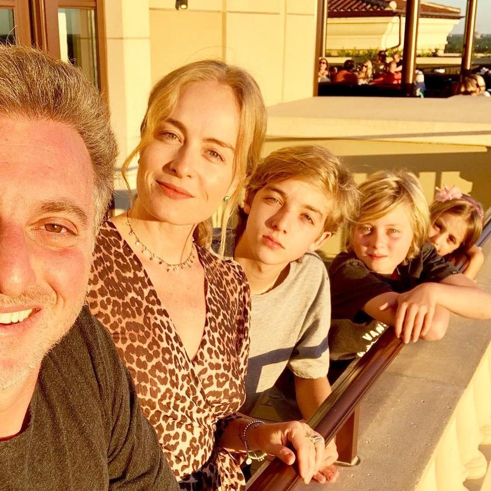 Selfie da família: Luciano Huck com Angélica e os filhos nas férias do ano passado  — Foto: Reprodução do Instagram