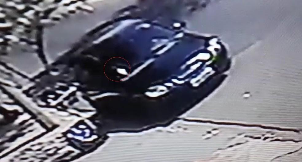 Imagem mostra o menino no banco da frente do carro estacionado na rua em Bauru — Foto: Circuito de segurança/ Reprodução
